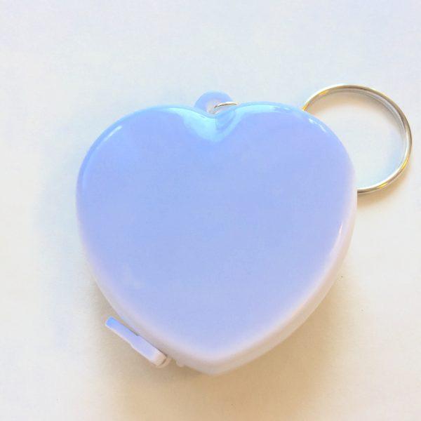 Mètre ruban de couturière en boitier coeur, blanc